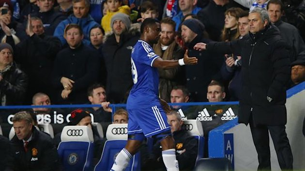 Chelsea's manager Jose Mourinho (R) shakes hands with Samuel Eto'o as he is substituted during their English Premier League soccer match against Manchester United at Stamford Bridge in London, January 19, 2014 (Reuters)