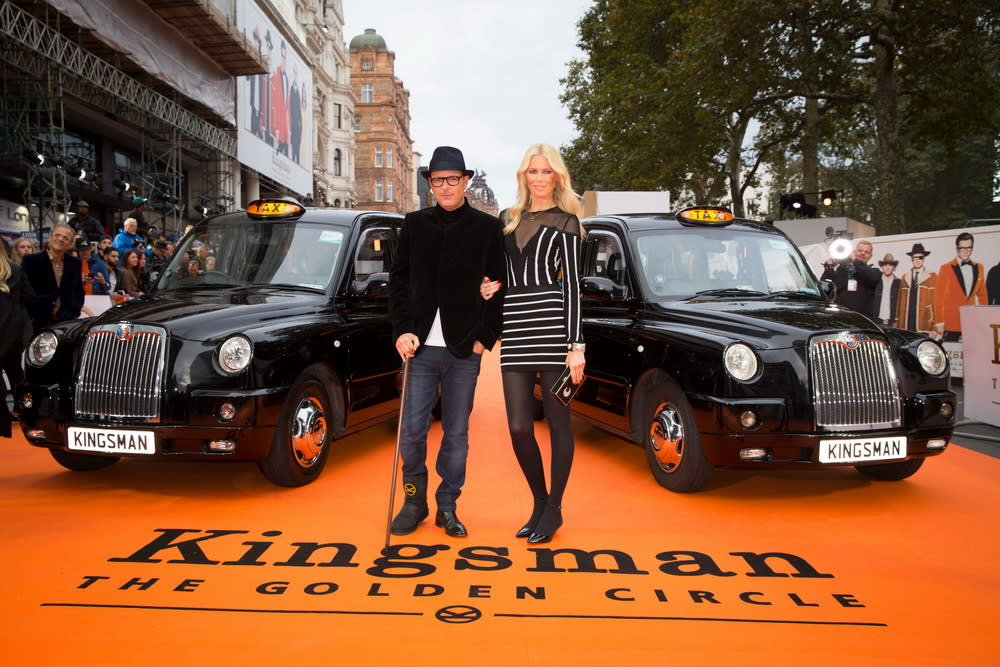 <p>在倫敦首映現場上,兩台計程車並排迎接金士曼與仕特曼的大駕光臨。(圖:導演馬修范恩、妻子克勞蒂亞雪佛) </p>
