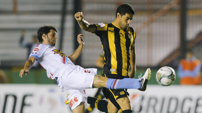 Uruguay's Penarol Luis Aguiar, right, fights for the ball against Argentina's Arsenal Matias Sanchez, left, during a Copa Libertadores soccer match in Buenos Aires, Argentina,  Thursday, March 13, 2014