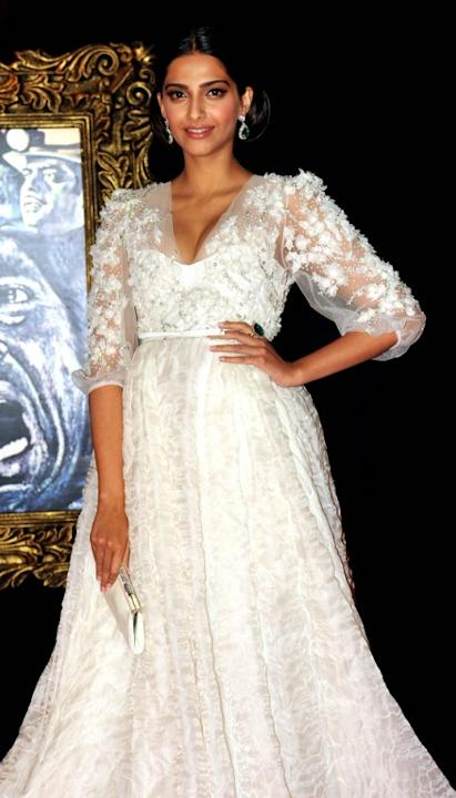 Indian Bollywood film actress Sonam Kapoor poses on the red carpet at the premiere of the Hindi film 'Jab Tak Hai Jaan' in Mumbai on November 12, 2012.   AFP PHOTO