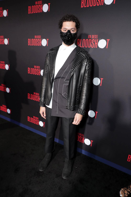 不僅女主角艾莎岡薩雷在首映紅毯上大方以鮮紅透視裝歡迎影迷之外,紅毯上的名人也示範了如何讓口罩戴得有造型。