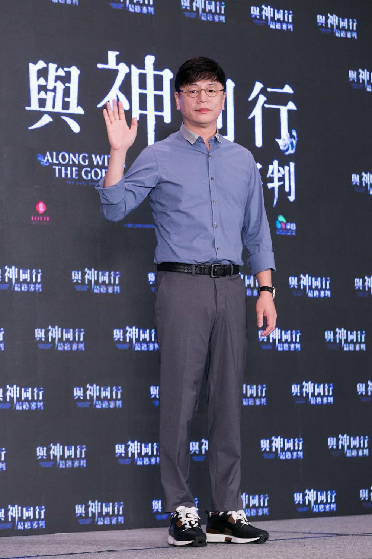 <p>記者會一開始,導演金容華便率領主要演員河正宇、朱智勛、金香起、馬東石、金東旭,親切向在場媒體打招呼,更念念不忘分享昨晚在紅毯見面會上,與台灣粉絲們的熱情互動。 </p>