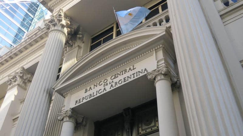Argentina sube los tipos de interés al 60 % por el imparable desplome el peso