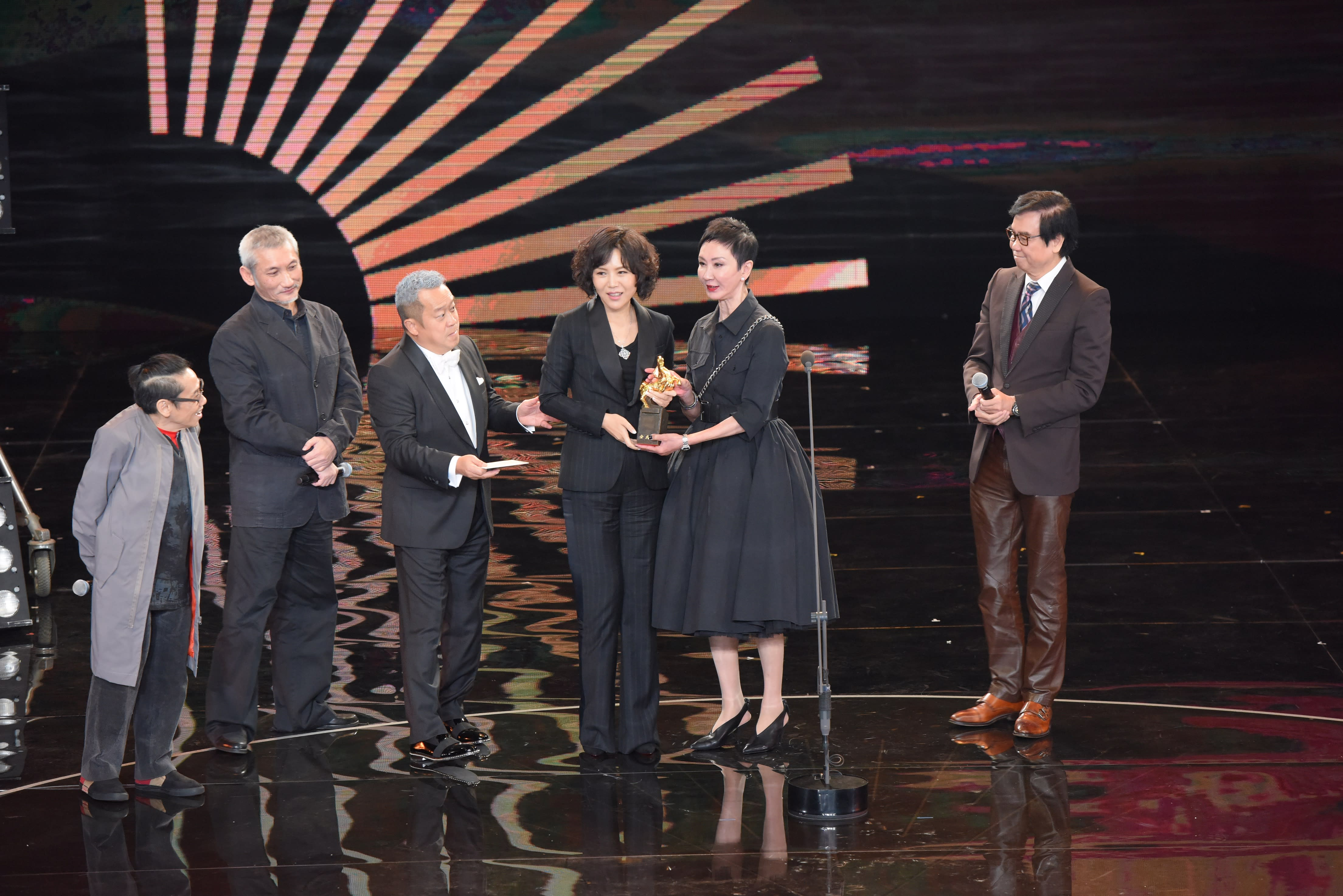 <p>第54屆金馬最佳導演為《嘉年華》文晏,她在得獎感言時幽默地說:「這樣《嘉年華》不需要抽籤,就可以在台灣上映。」(影像:金馬執委會提供) </p>
