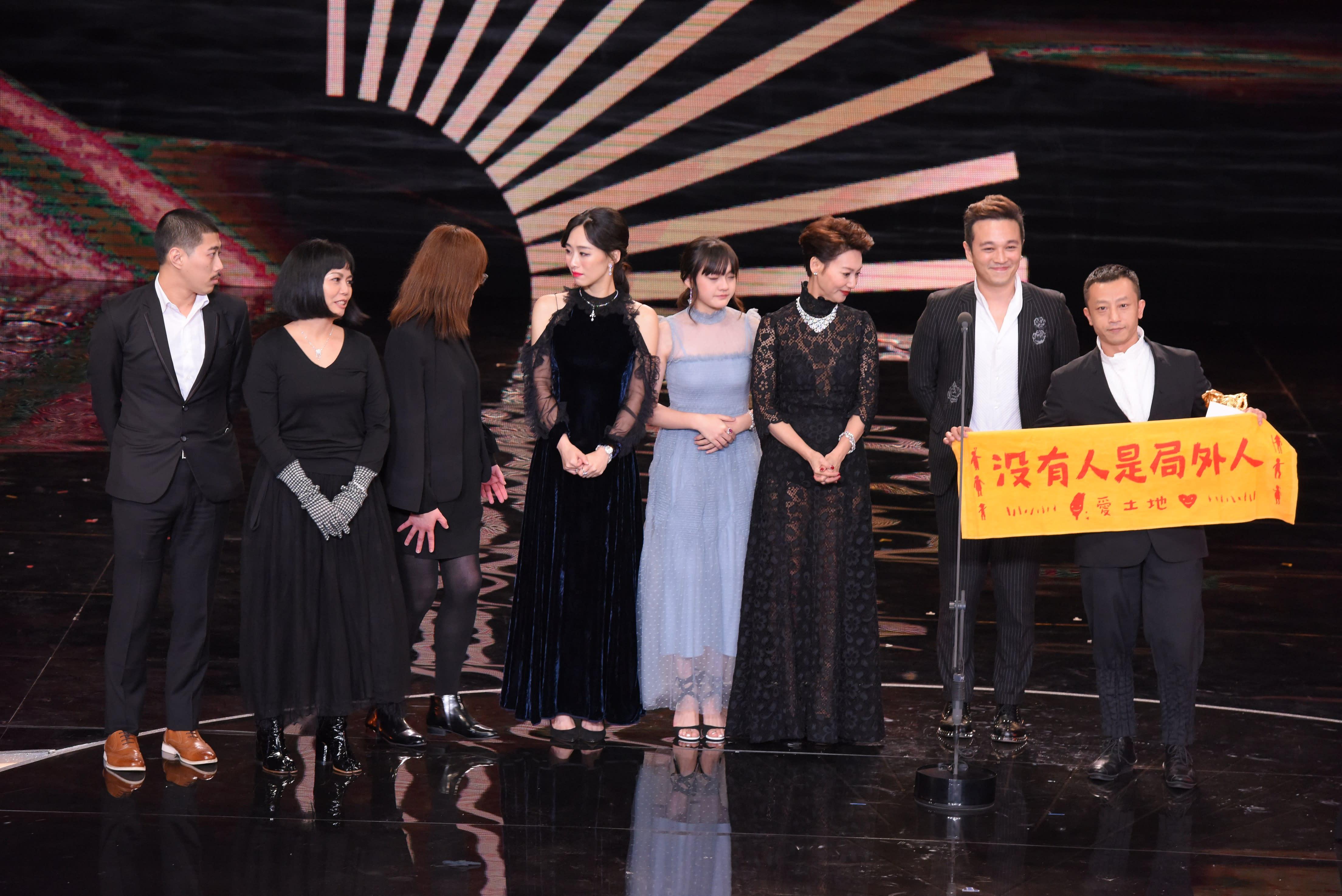 <p>第54屆金馬最佳劇情片為《血觀音》,導演楊雅喆致詞時,講到激動處,更舉起「沒有人是局外人」的布條,希望能透過電影,喚起大家對台灣許多社會問題的重視。(影像:金馬執委會提供) </p>