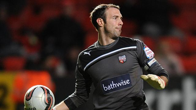 League One - Lee signs new Brentford deal