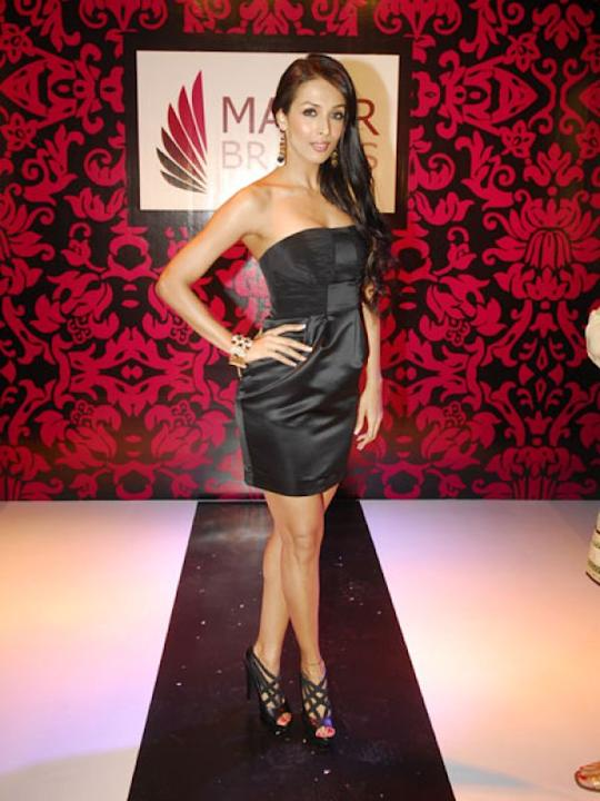 Images via : iDiva.comMalaika Arora Khan wears a simple LBD. But the tube neckline adds to the oomph factor.Related Articles - Vote: Shilpa Shetty Vs Sridevi in One-Shoulder Dresses5 Ways to Jazz Up a