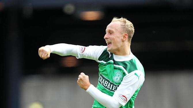 Leigh Griffiths scored a brace as Hibs defeated St Mirren