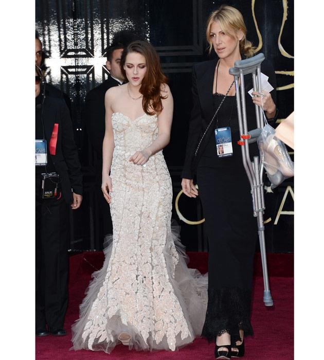 Crutches don't slow down KStew at Oscars