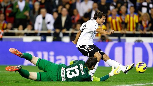 Liga - Valencia inflict first defeat on Atletico