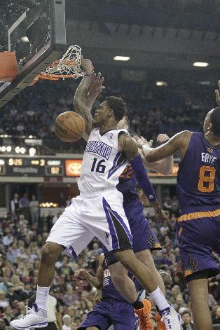 Sacramento Kings guard Ben McLemore, left, stuffs against Phoenix Suns' Miles Plumlee, center and Channing Frye during the third quarter of an NBA basketball game in Sacramento, Calif., Tuesday, Nov. 19, 2013.  The Kings won 107-104