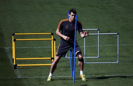 Real Madrid's Gareth Bale takes part in a training session on the eve of their Champions League soccer match against Schalke 04 at the Valdebebas training grounds, outside Madrid March 17, 2014. REUTERS/Susana Vera