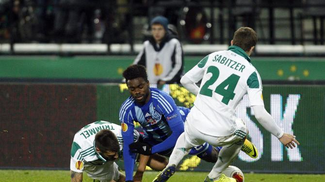 Rapid Vienna's Sabitzer and Trimmel challenge Dynamo Kiev's Silva during their Europa League soccer match at the Ernst Happel stadium in Vienna