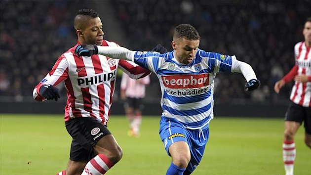 NETHERLANDS, Eindhoven : PSV Eindhoven's Dutch forward Jeremain Lens (L) vies with PEC Zwolle's Moroccan midfielder Rochdi Achenteh during the Dutch Eredivisie football match
