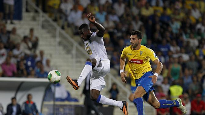 Porto's Jackson Martinez, from Colombia, controls the ball next to Estoril's Bruno Miguel, right, during their Portuguese league soccer match at the Antonio Coimbra da Mota stadium in Estoril, near Lisbon, Sunday, Sept. 22, 2013
