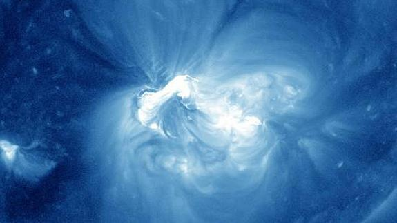 Major Solar Flare Erupts From Giant Sunspot