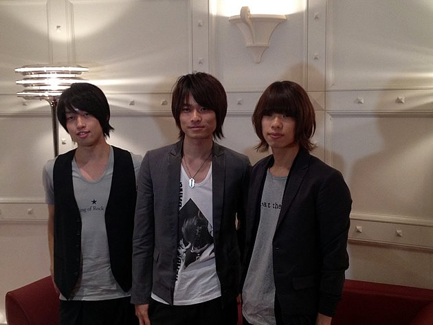 The trio that form WEAVER in press interviews in Tokyo. From left: bassist Shouta Okuno, pianist and lead vocalist Yuji Sugimoto and drummer Touru Kawabe. (Photo courtesy of Amuse Inc.)