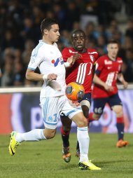Olympique Marseille's Florian Thauvin (L) challenges Antonio Mavuba of Lille during their French Ligue 1 soccer match at the Velodrome Stadium in Marseille, April 20, 2014. REUTERS/Philippe Laurenson (FRANCE - Tags: SPORT SOCCER)