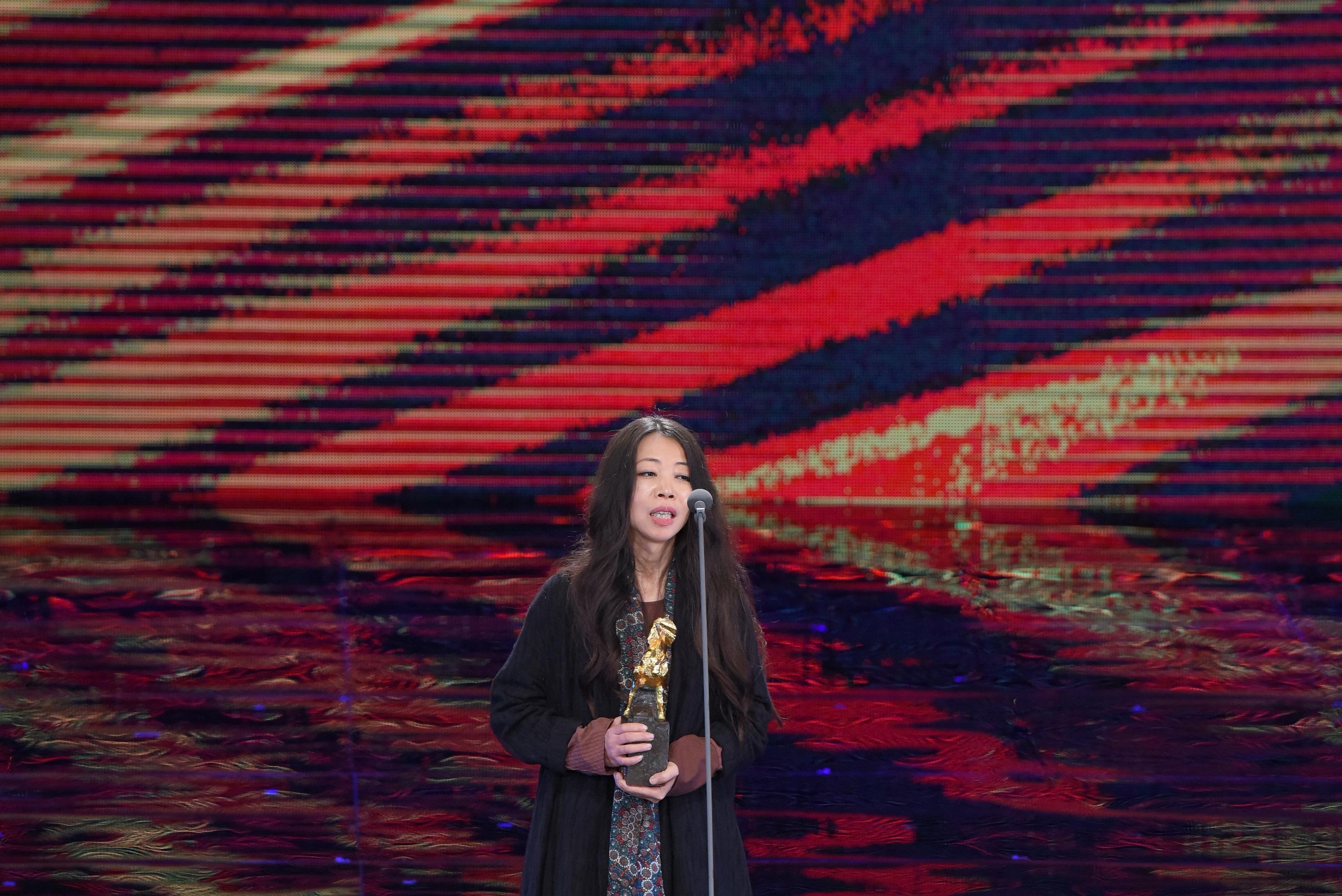 <p>第54屆金馬最佳紀錄片《囚》,導演馬莉在獲獎詞中說道:「這個獎對於我們這種待被清理的低端者,很重要! 」(影像:金馬執委會提供) </p>