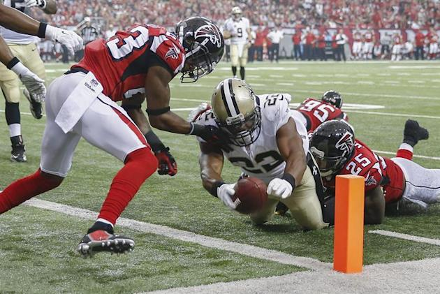 ELX01.  Atlanta (Estados Unidos), 07/09 / 2014.- New Orleans Saints corredor Mark Ingram (C) anota un touchdown contra los Atlanta Falcons esquinero Robert Alford (L) y Atlanta Falcons profundo fuerte W
