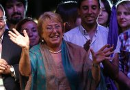 Chilean presidential candidate Michelle Bachelet (C) celebrates after winning Chile's presidential elections, in Santiago, December 15, 2013. REUTERS/Ivan Alvarado