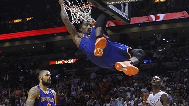 Basketball - Without Anthony, Knicks crush Heat in Miami
