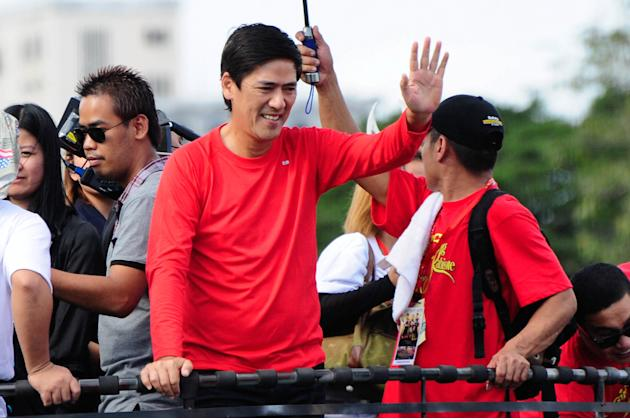 """Vic Sotto waves to the crowd while riding the float of his MMFF 2012 entry """"Si Agimat, Si Enteng Kabisote at Si Ako"""" during the 2012 Metro Manila Film Festival Parade of Stars on 23 December 2012. (An"""