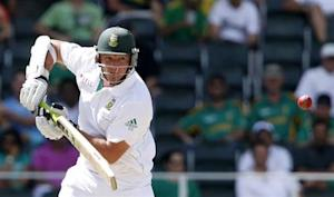 South Africa's Graeme Smith plays a shot during the second day of their first cricket test match against Pakistan in Johannesburg, February 2, 2013. REUTERS/Mike Hutchings/Files
