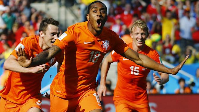 World Cup - Netherlands down Chile to top Group B