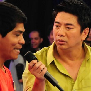 "Willie Revillame interviewing a contestant on ""Willing Willie."" (Courtesy of TV5)"