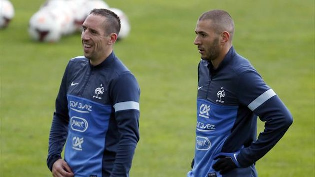 France's soccer team players Franck Ribery (L) and Karim Benzema attend a training session at Clairefontaine, near Paris, October 9, 2013 (Reuters)