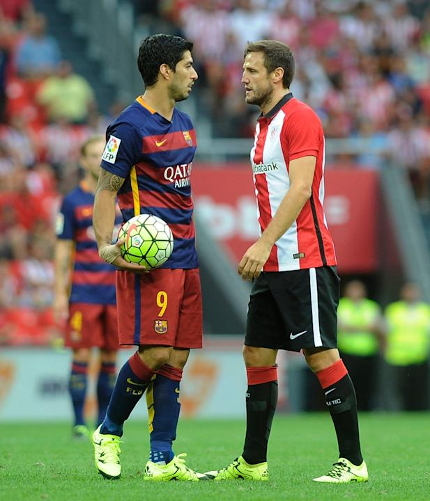 Barcelona's Luis Suarez (L) exchanges words with Athletic Bilbao's Carlos Gurpegi during their Spanish La Liga match, at the San Mames stadium in Bilbao, on August 23, 2015