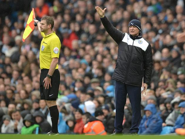 Leicester City's manager Claudio Ranieri (R) shouts instructions to his players from the touchline during an English Premier League football match in Manchester, England, on February 6, 2016