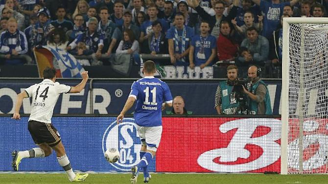 Bayern's Claudio Pizarro of Peru, left, scores during the German first division Bundesliga soccer match between Schalke 04 and Bayern Munich in Gelsenkirchen, Germany, Saturday, Sept. 21, 2013