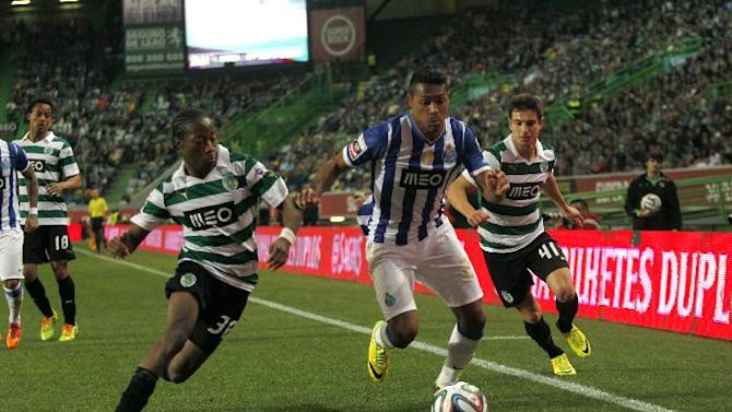 Porto's Alex Sandro, center, from Brazil, tussles for the ball with Sporting's Cedric Soares, right, and Carlos Mane during the Portuguese league soccer match between Sporting and Porto at Sporting's Alvalade stadium, in Lisbon, Sunday, March 16, 2014