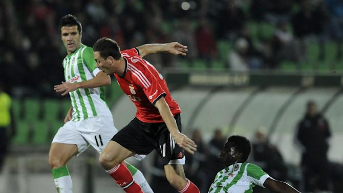 Benfica's Nemanja Matic, from Serbia, drives the ball past Rio Ave's Alhassan Wakaso, from Ghana, and Bruno Braga, left, in a Portuguese League soccer match, in Vila do Conde, Portugal, Sunday, Dec. 1, 2013