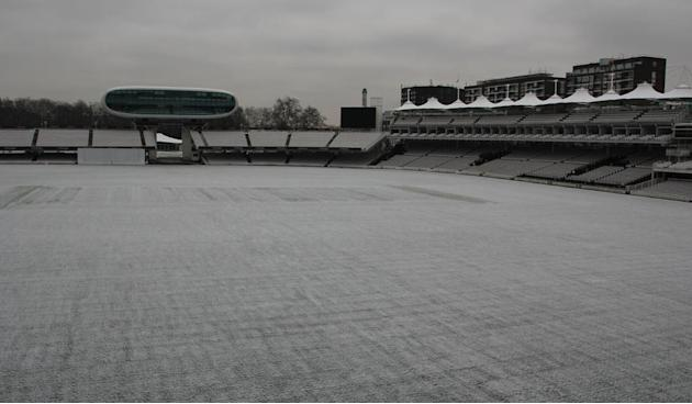 @DurhamCricket - Durham Cricket - Snowfall today over Durham County Cricket Club #Durham2013 pic.twitter.com/glQJkorE