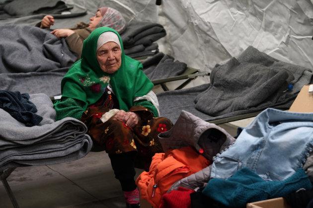 Bibihal Uzbeki, la refugiada de 105 años (AP).