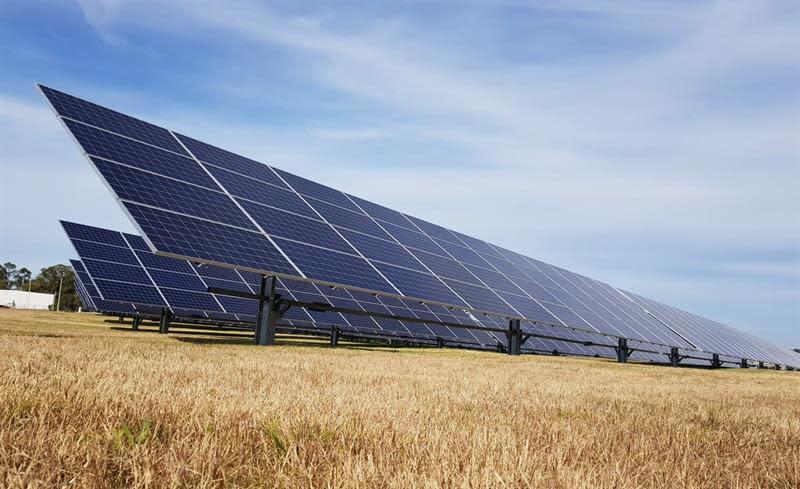 MON01. MONTEVIDEO (URUGUAY), 07/08/2018.- Fotografía cedida por el Ministerio de Industria, Energía y Minería de Uruguay que muestra los paneles de generación solar fotovoltaica frente al Aeropuerto de Carrasco en Montevideo (Uruguay) que inauguró hoy, martes de agosto de 2018, su planta de generación solar compuesta por un total de 1.540 paneles, convirtiéndose en el primero de América Latina que cuenta con un sistema de generación energético propio. EFE/Ministerio de Industria, Energía y Minería de Uruguay/SOLO USO EDITORIAL