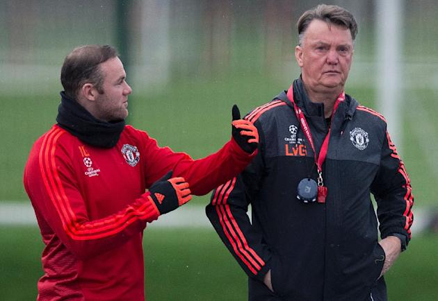 Manchester United's manager Louis van Gaal (R) talks with striker Wayne Rooney during a team training session in Manchester, on November 24, 2015, ahead of a Champions League match