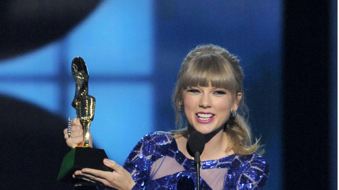 "Taylor Swift accepts the award for top Billboard 200 album for ""Red"" at the Billboard Music Awards at the MGM Grand Garden Arena on Sunday, May 19, 2013 in Las Vegas. (Photo by Chris Pizzello/Invision/AP)"