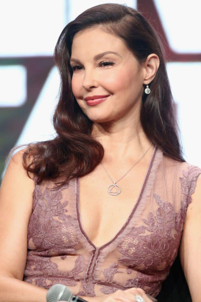 <p>17.艾希莉賈德(Ashley Judd):當女星艾希莉賈德在九零年代初次遇見哈維韋恩斯坦時,她原本以為兩人是要開會談公事,所以當他只穿著一件浴袍就來應門時,令她不禁大吃了一驚。他開口要她為自己按摩,而當她拒絕時,又問她願不願意看自己沖澡。艾希莉賈德向媒體透露:「我搖頭拒絕,用了很多種方式、一再說了很多次,而他總是會對我拋出新的要求。」(圖/Getty) </p>