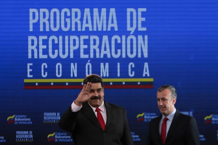 Esta fotografía difundida por la presidencia de Venezuela muestra al presidente Nicolás Maduro (I) con su siguiente ministro de Producción Nacional e Industrias Tareck El Aissami, en el palacio de Miraflores, el 5 de septiembre de 2018
