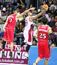 Mark Caguioa slips past Cyrus Baguio. (PBA Images)