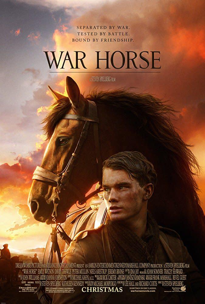 <p>八、《戰馬》War Horse,2011:《戰馬》無疑能列進史蒂芬史匹柏最被低估的作品前三名,也是史蒂芬史匹柏少數較柔性處理的戰爭電影。改編自1982年同名兒童文學的《戰馬》,背景設於第一次世界大戰,透過一匹馬的視角來帶出人類的關愛與烽火的無情。本片也是史蒂芬史匹柏少數未曾用上太多特效的作品,如原著一般多透過視角與旁白來帶出那股無奈和感傷。可惜當年上映時,在口碑及票房上表現不盡出色,之後的討論也不多,相當可惜。(圖:電影海報/Walt Disney) </p>