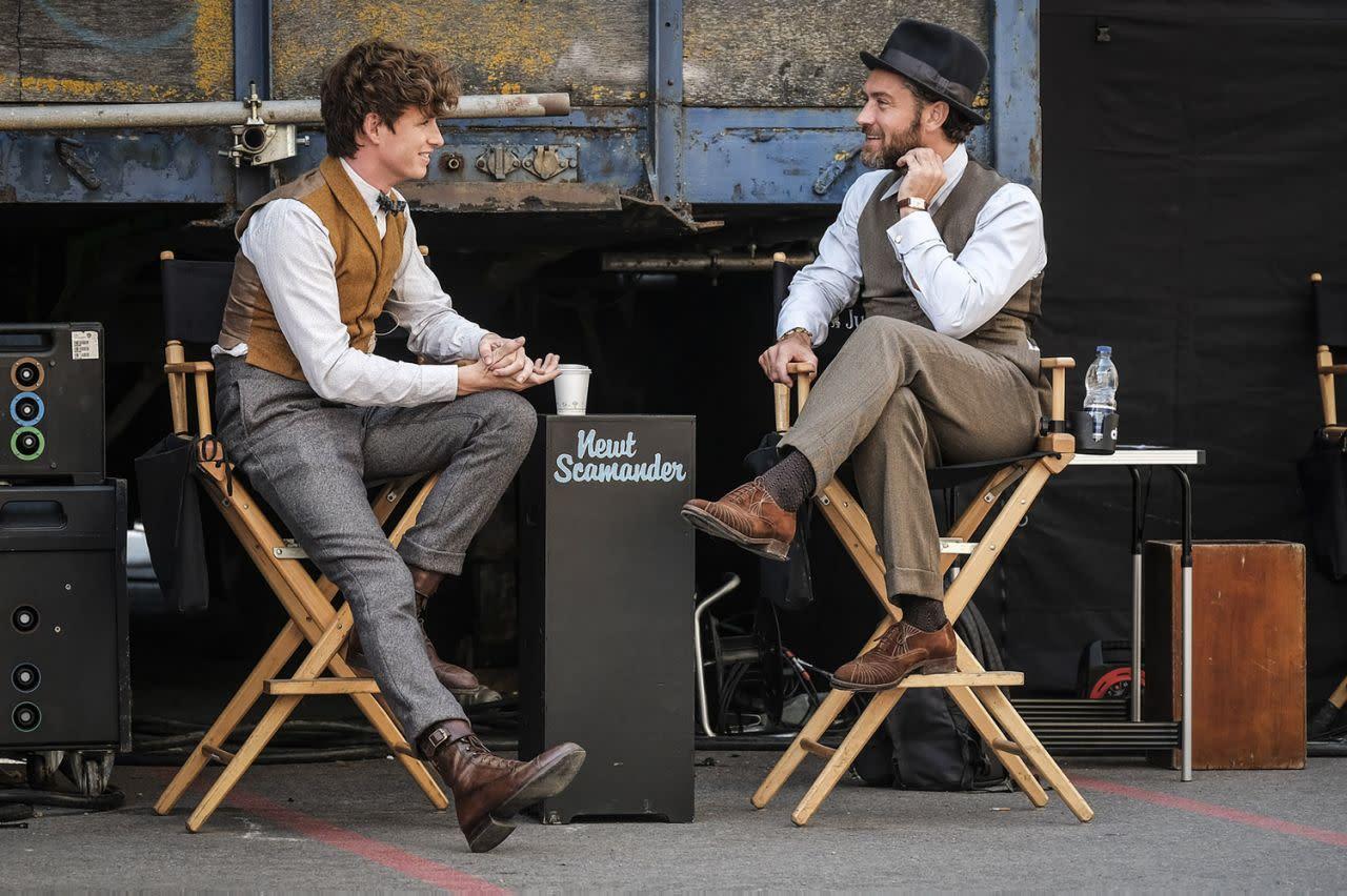 <p>在倫敦拍片現場的拍攝空檔中,艾迪瑞德曼和裘德洛兩人正在片刻偷閒。(圖:Jaap Buitendijk/Warner Bros.) </p>