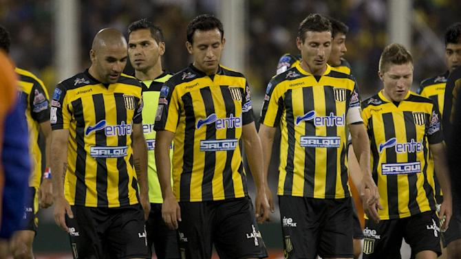 Bolivia's The Strongest players leave the field at the end of the first half time against Argentina's Velez Sarsfield's during a Copa Libertadores soccer match in Buenos Aires, Argentina, Tuesday, March 18, 2014