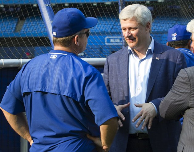 Stephen Harper meets Toronto Blue Jays manager John Gibbons at a batting practice. REUTERS/Fred Thornhill