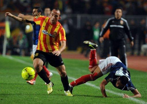 Egypt's al-Ahly player Waleed Soliman (R) fights for the ball against Esperance de Tunis' forward Wajdi Bouazzi (L)