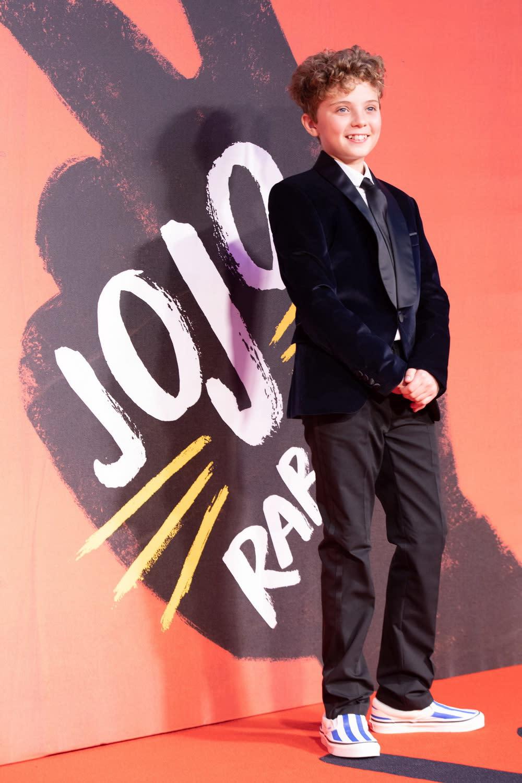 英國小童星羅曼格里芬戴維斯在片中飾演男主角喬喬,一位原本忠貞愛國的希特勒青年軍。